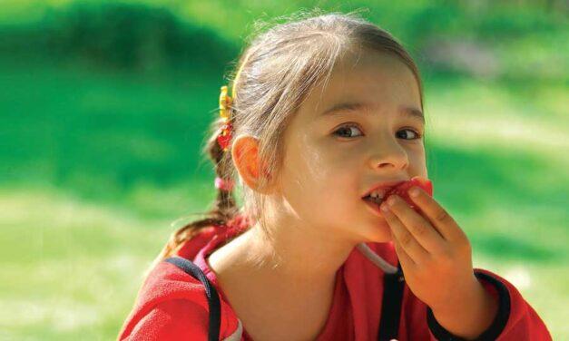 Come abituare i bambini a mangiare frutta e verdura