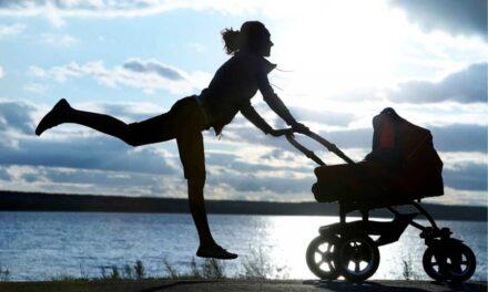 A lezione con la mamma: ginnastica con il passeggino