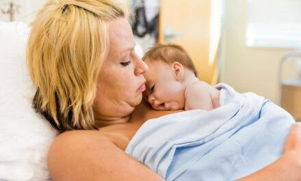 Kangaroo mother care: il contatto pelle a pelle con il neonato