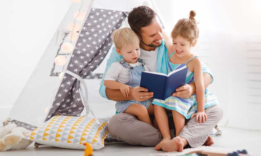 padre legge bambini